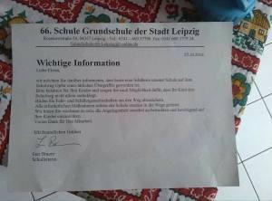"""Die 66. Grundschule der Stadt Leipzig in der Rosenowstrasse, fordert die Eltern Kinder nicht alleine zur Schule gehen zu lassen, den Schulweg """"abzusichern"""", etwa durch die Bildung von Fahrgemeinschaften"""